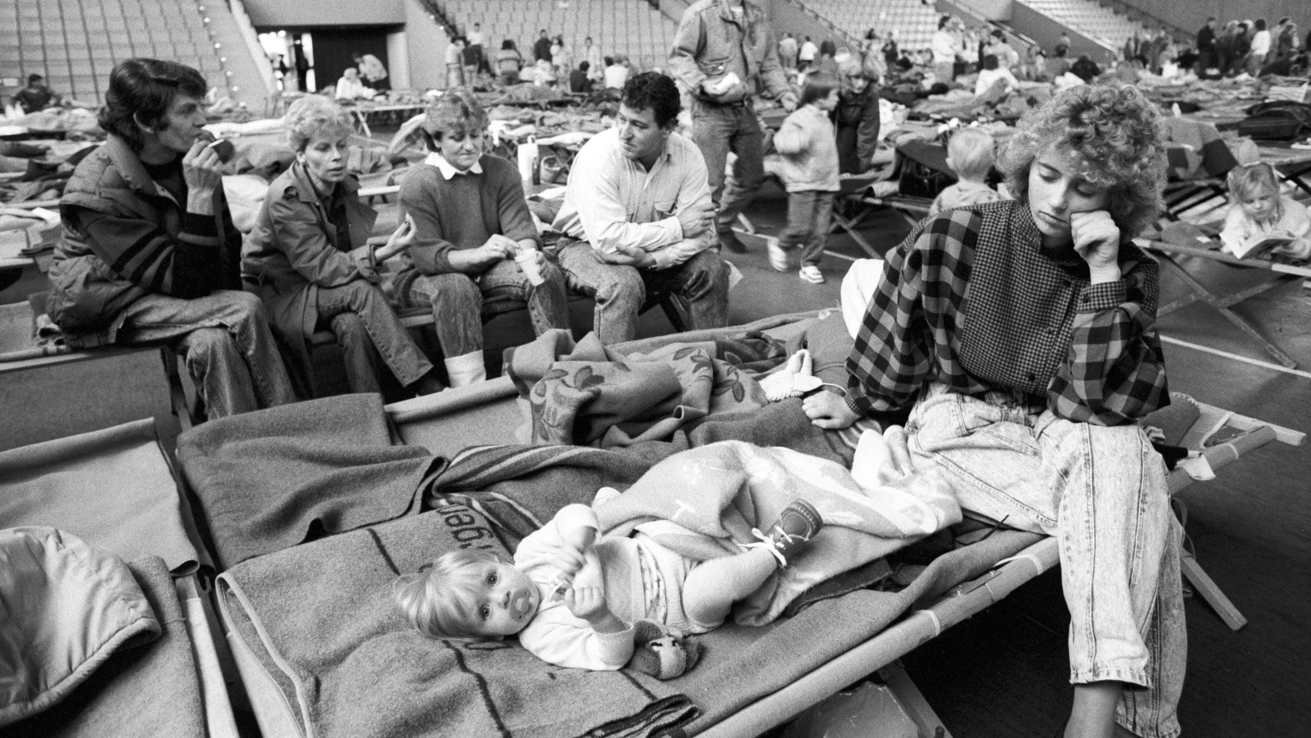 In der Freiheitshalle Hof stehen für 1000 Menschen nur 350 Betten zur Verfügung. Bis zum Abend werden weitere 650 Feldbetten herbeigeschafft.