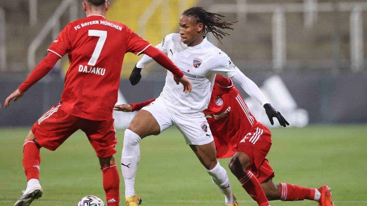 Spielszene Bayern II - FC Ingolstadt