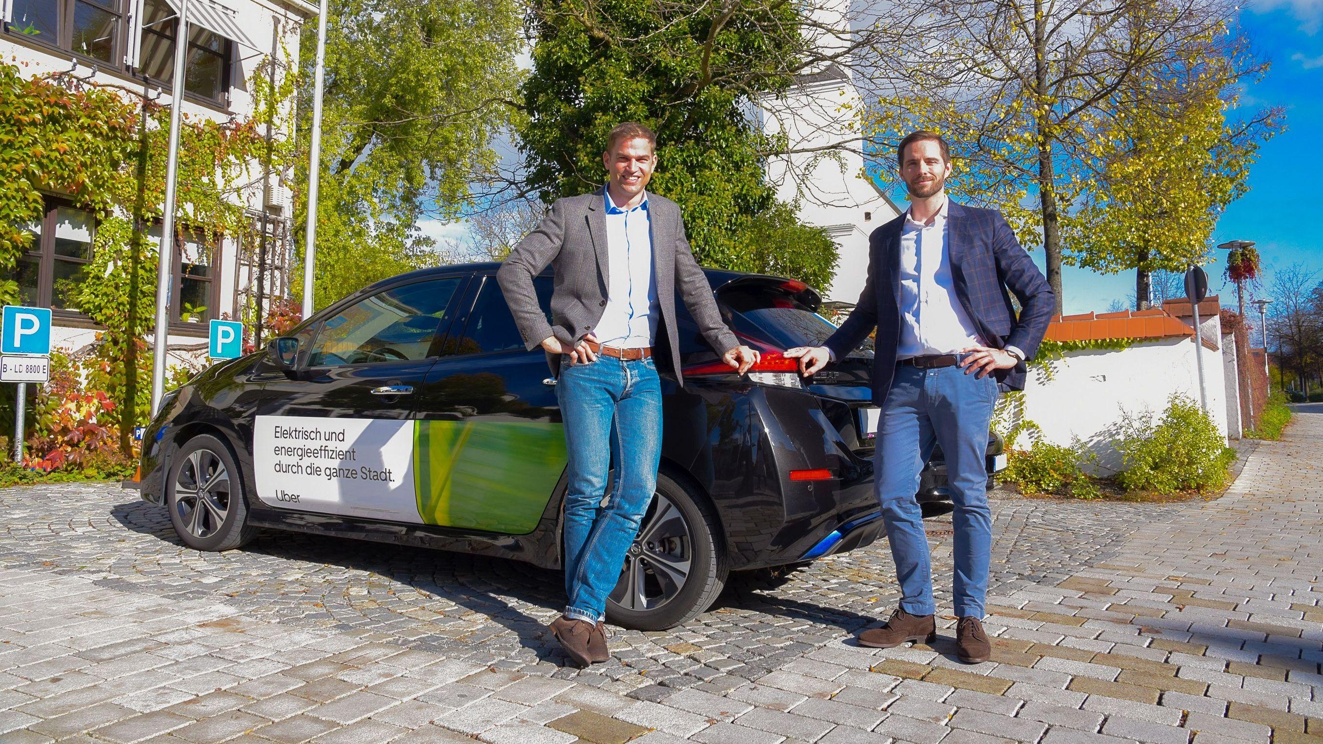 Kirchheims 1. Bürgermeister Maximilian Böltl und der General Manager von Uber in Deutschland, Christoph Weigler vor einem Werbe-Pkw