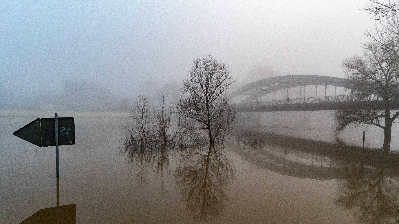 Brücke über überschwemmte Flächen in Straubing