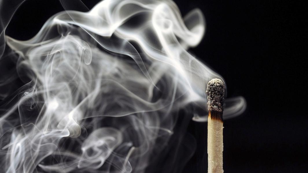 Ein rauchendes Streichholz (Symbolbild)