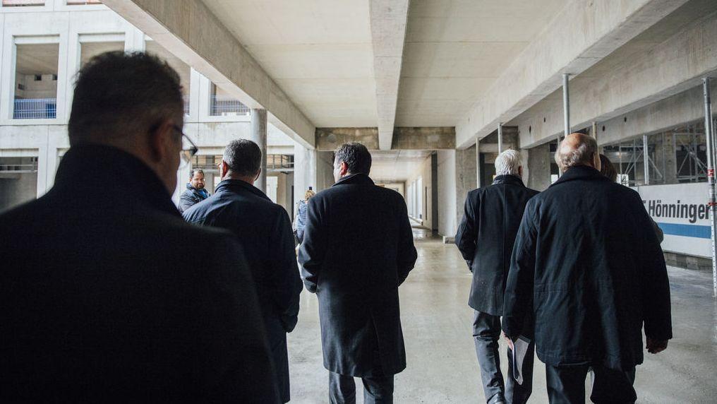 ...nahmen die Gäste das neue Gebäude in Augenschein...