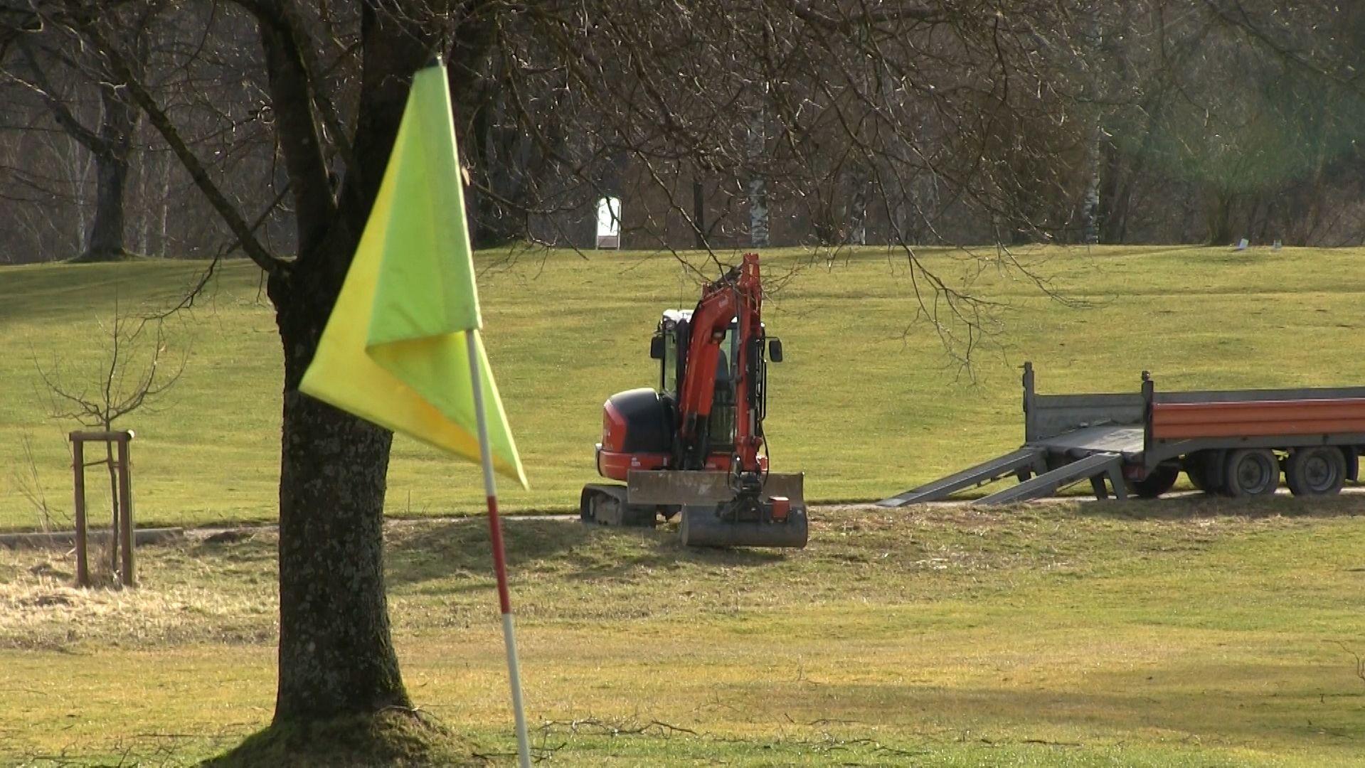 Der Golfclub Augsburg möchte Flutlichtmasten auf dem Golfplatz Burgwalden installieren und stößt damit auf Widerstand.