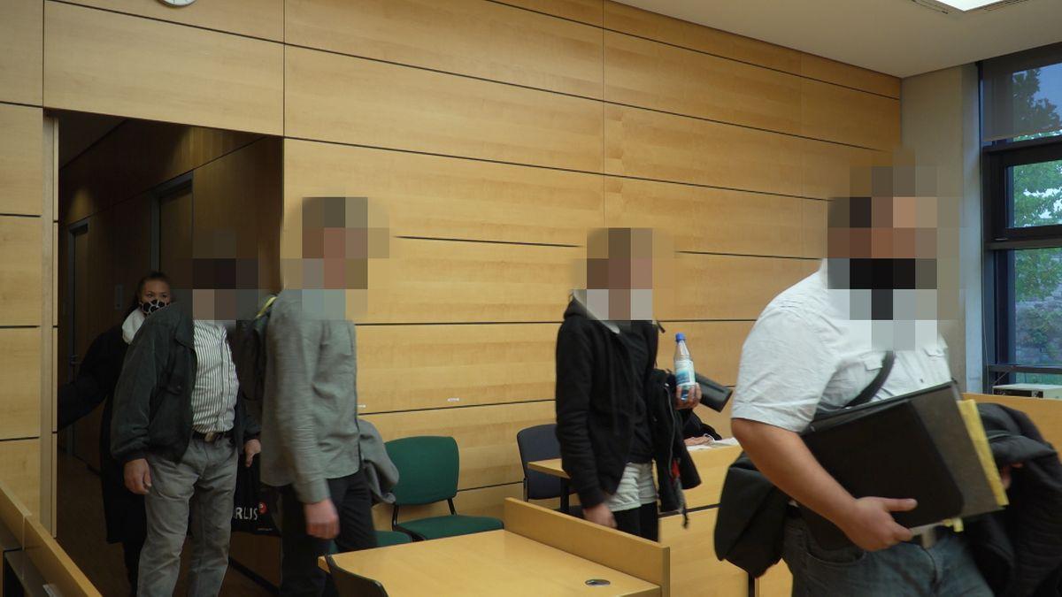 Drei Männer und eine Frau sind vom Landgericht Würzburg wegen eines Vorfalls beim Würzburger Faschingsumzug zu Geldstrafen verurteilt worden.