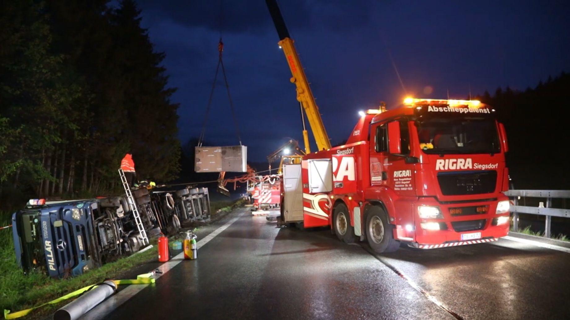 Schwierige Bergungsarbeiten auf der A8 bei Siegsdorf