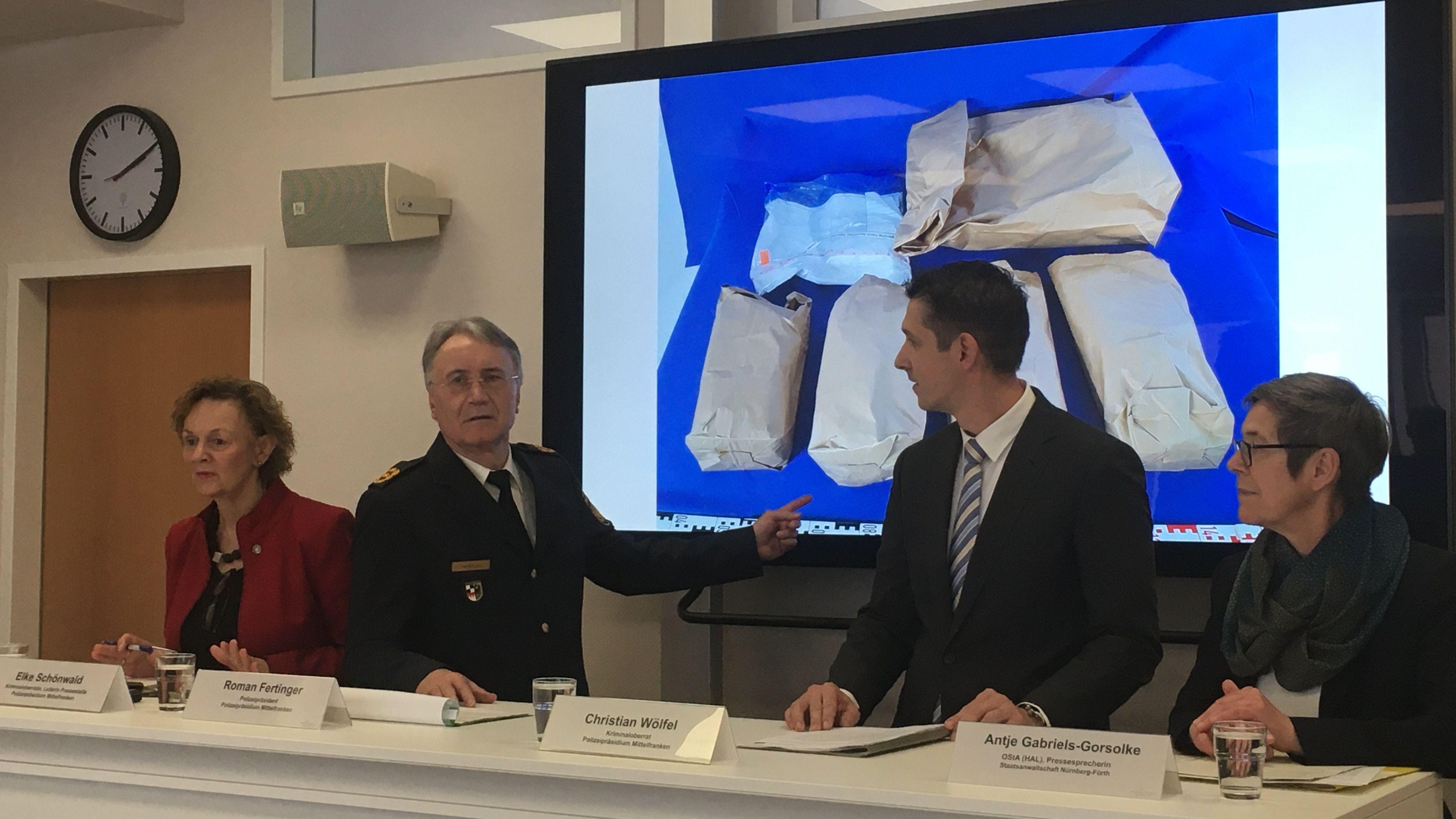 Polizeipräsident Roman Fertinger zeigt auf ein Bild der sichergestellten Drogen