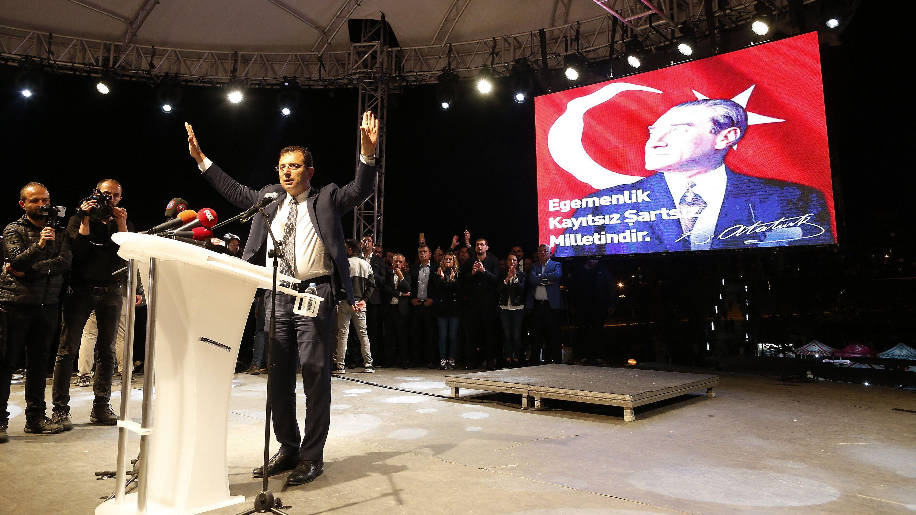 Ekrem Imamoğlu von der Republikanischen Volkspartei (CHP) in Istanbul spricht auf einer Kundgebung.