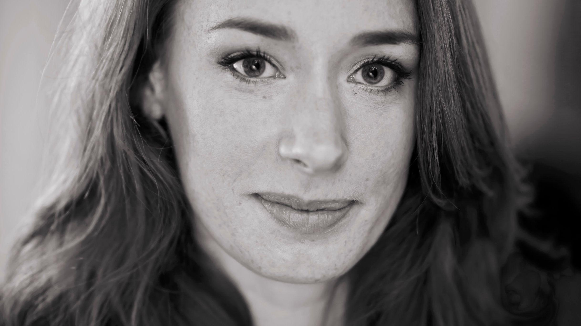 Ein Schwarz-Weiß-Porträt von Mathematikerin und Autorin Hannah Fry