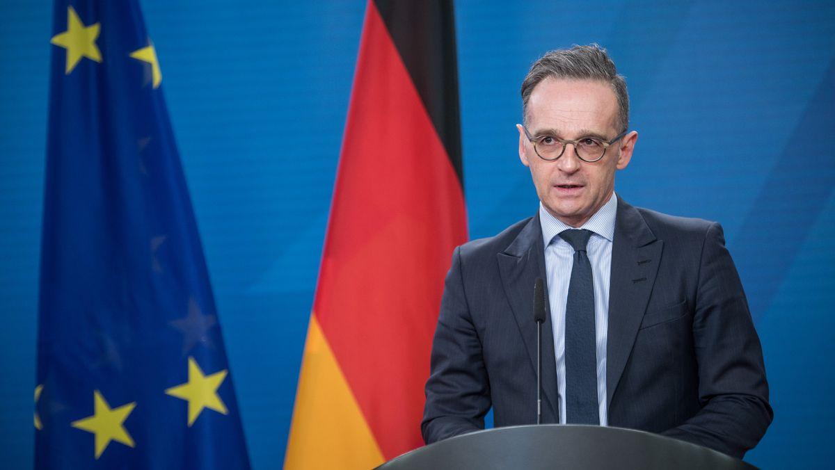 Bundesaußenminister Heiko Maas (SPD) spricht auf einer Pressekonferenz, hinter ihm die Flaggen der Europäischen Union und der Bundesrepublik Deutschland.
