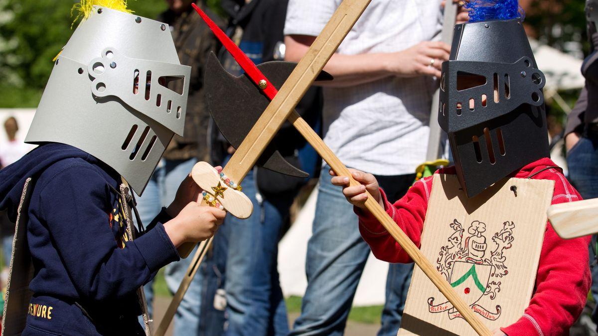 Symbolbild: Kinder spielen Schwertkampf