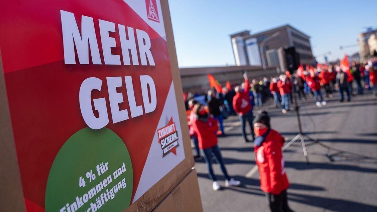 """Auf einem Plakat der IG Metall steht während eines Streiks der Schriftzug """"Mehr Geld""""."""