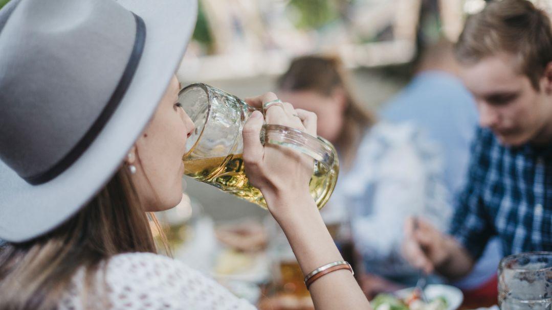 Eine junge Frau im Biergarten (Symbolbild)