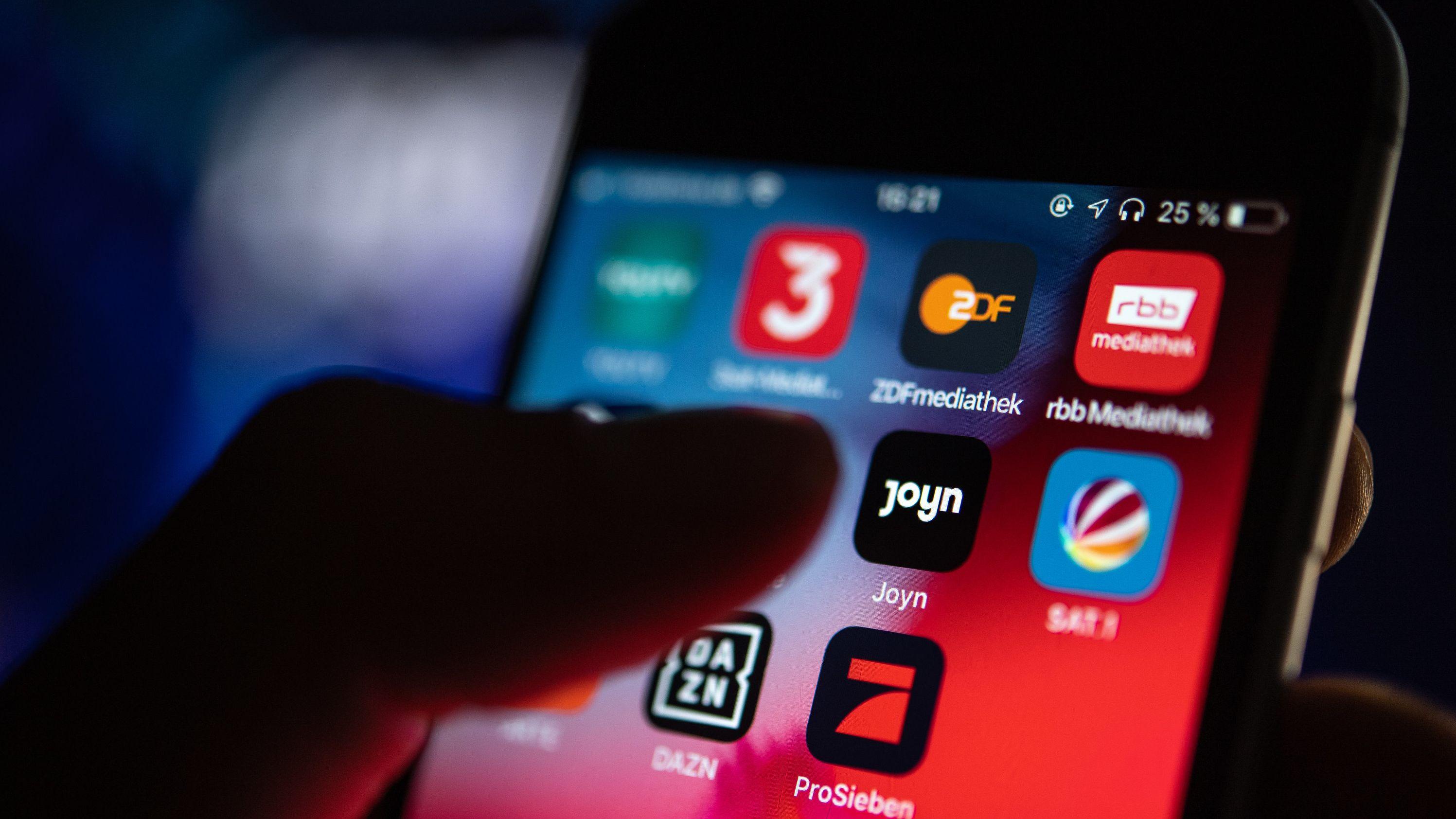 Auf dem Bildschirm eines iPhones wird die App der Streaming-Plattform Joyn angezeigt. Damit sollen 55 TV-Sender in einer App nutzbar sein.