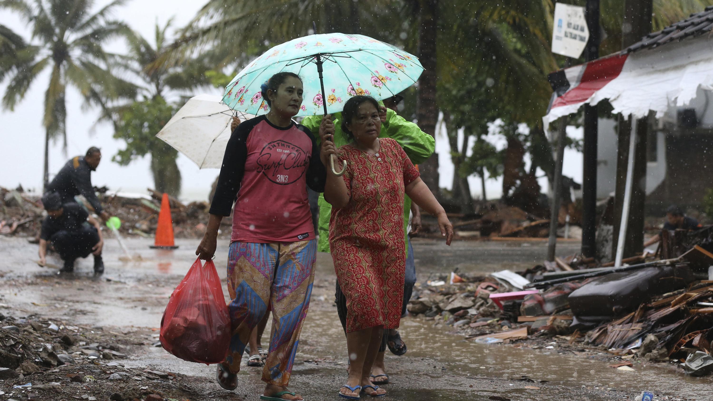 Frauen in einem zerstörten Dorf in Indonesien