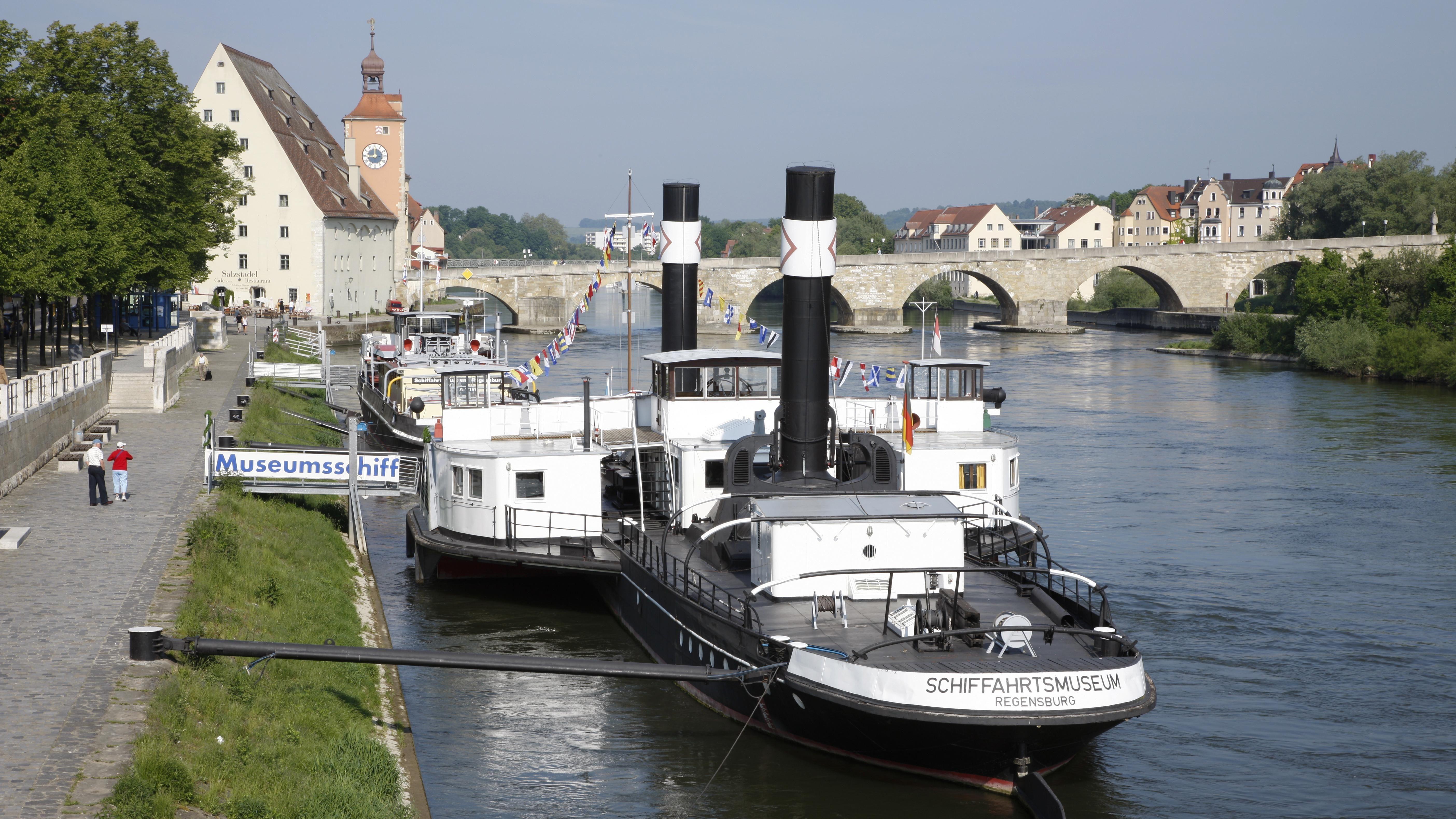 Eine 22-jährige Radfahrerin stürzte im Bereich der Anlegestelle Donaulände in die Donau und prallte mit dem Kopf gegen ein Schiff.