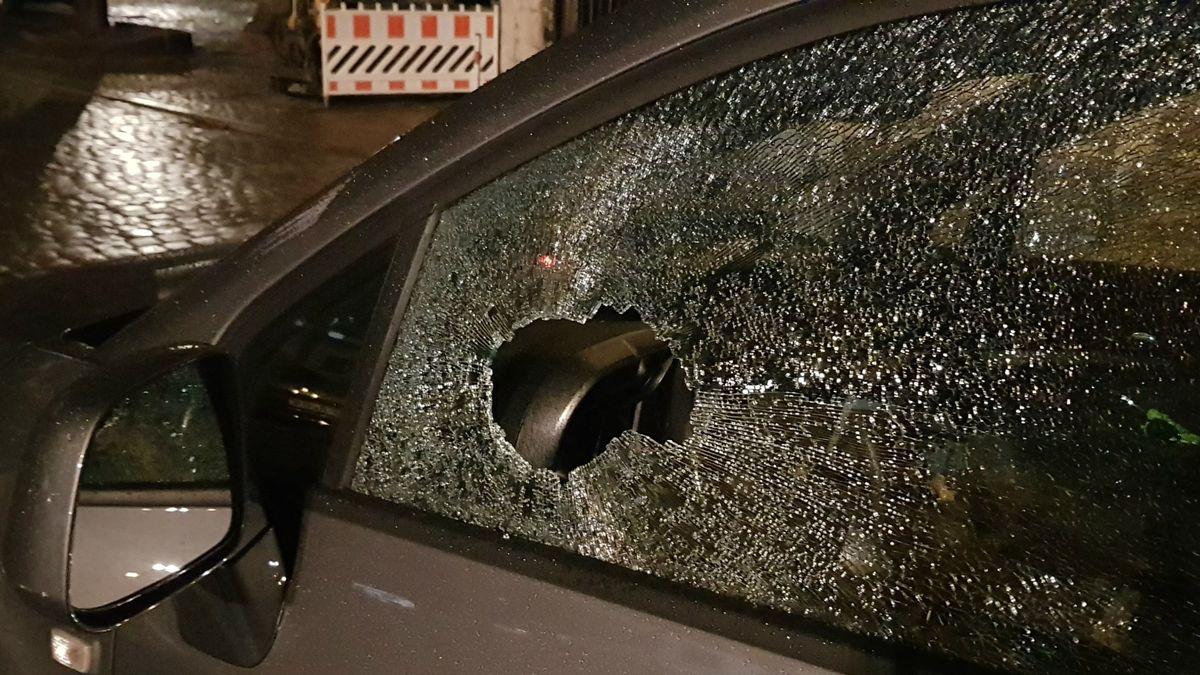 Unter anderem wurde dieses Auto beschädigt
