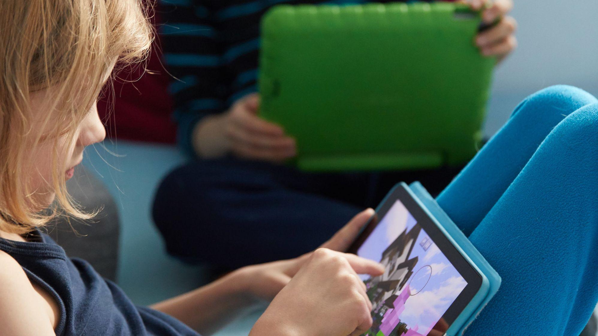 Ein Mädchen spielt auf einem Tablet