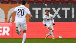 Florian Niederlechner (rechts) jubelt nach seinem ersten Treffer | Bild:imago images/Matthias Koch