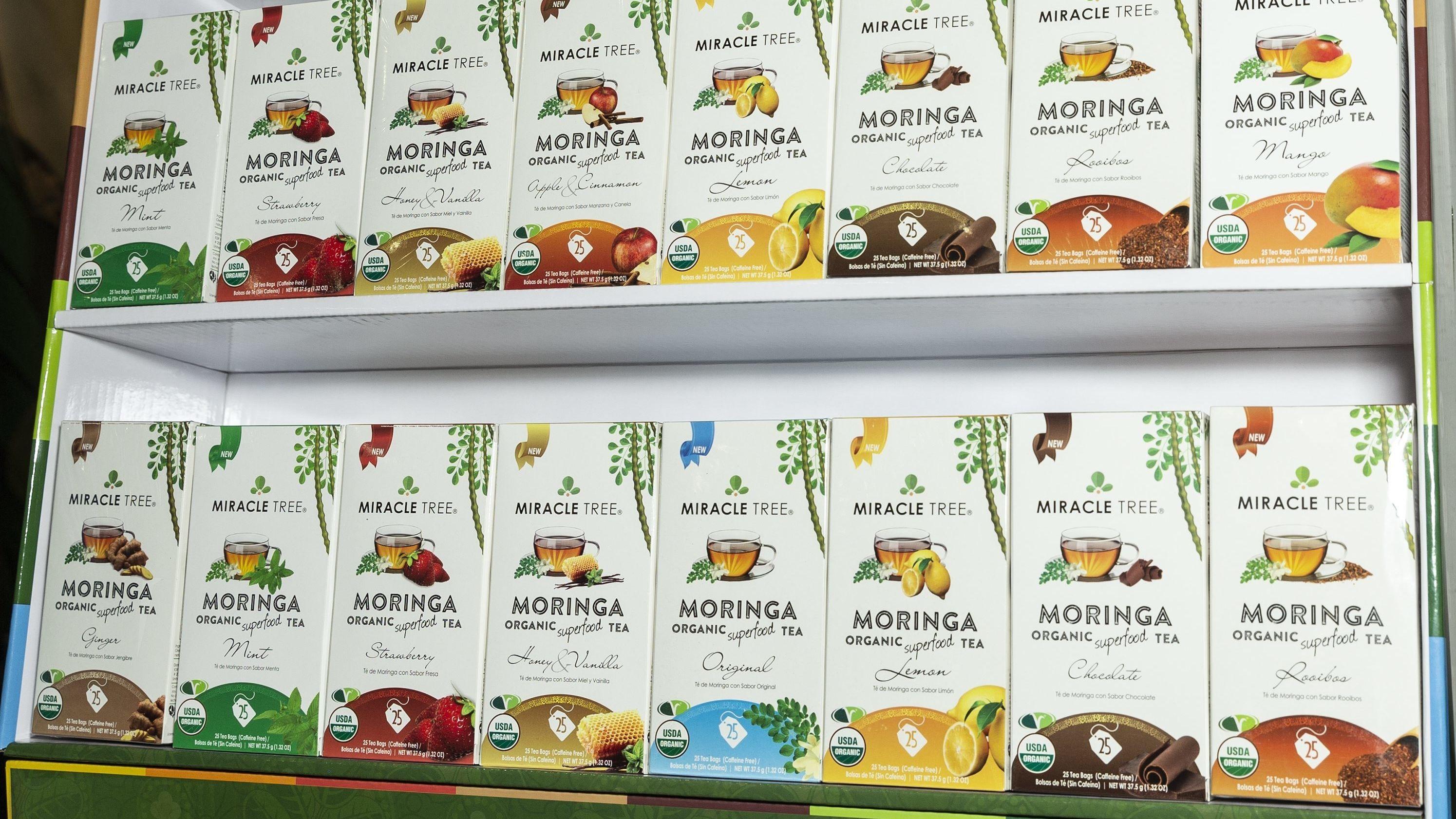 Ein Regal mit Moringa-Tee, auf einer Ernährungsmesse in New York 2018.