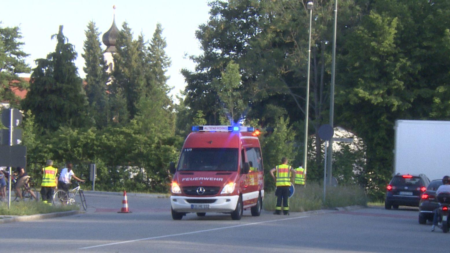 Straßensperre der Feuerwehr wegen Bombenentschärfung in Erding