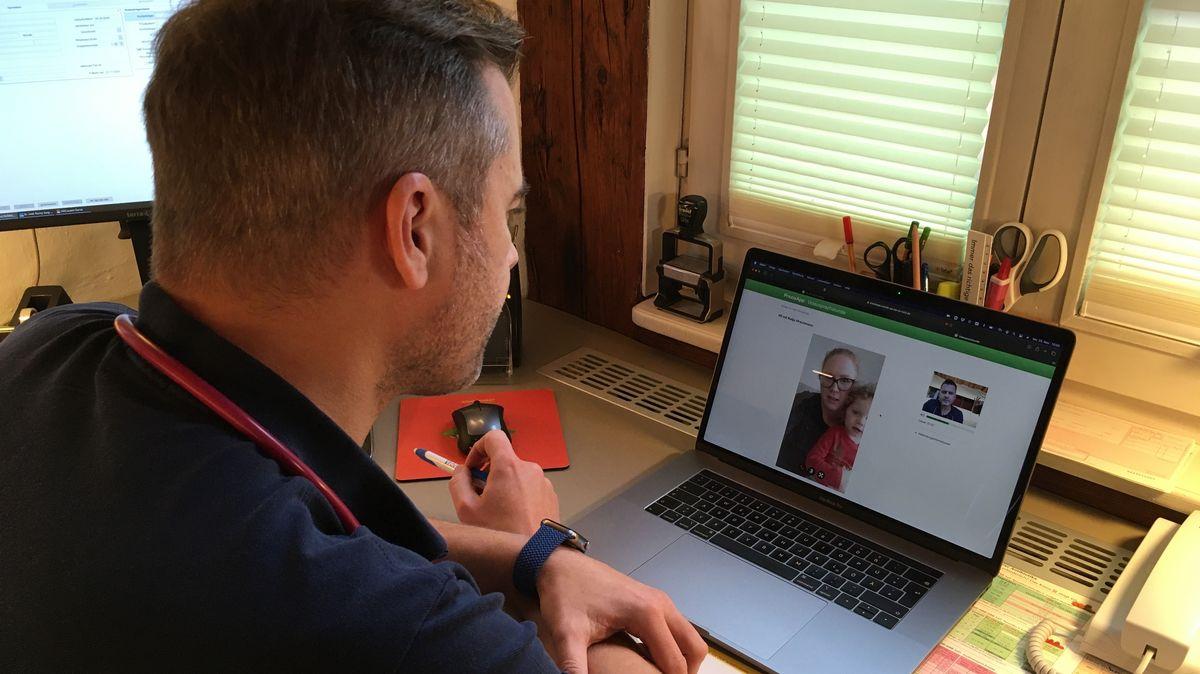 Dr. Ronny Jung, Kinderarzt in Roth, ist in der Videosprechstunde