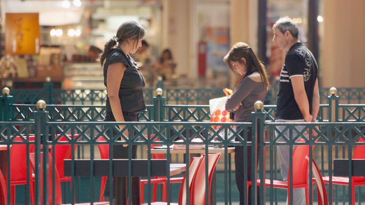 Passanten bei der Schweigeminute am Yom haSchoa vor einem Cafe in Jerusalem (Archivbild)