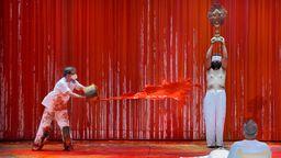 Malassistent kippt rote Farbe auf Statisten   Bild:Enrico Nawrath/Bayreuther Festspiele