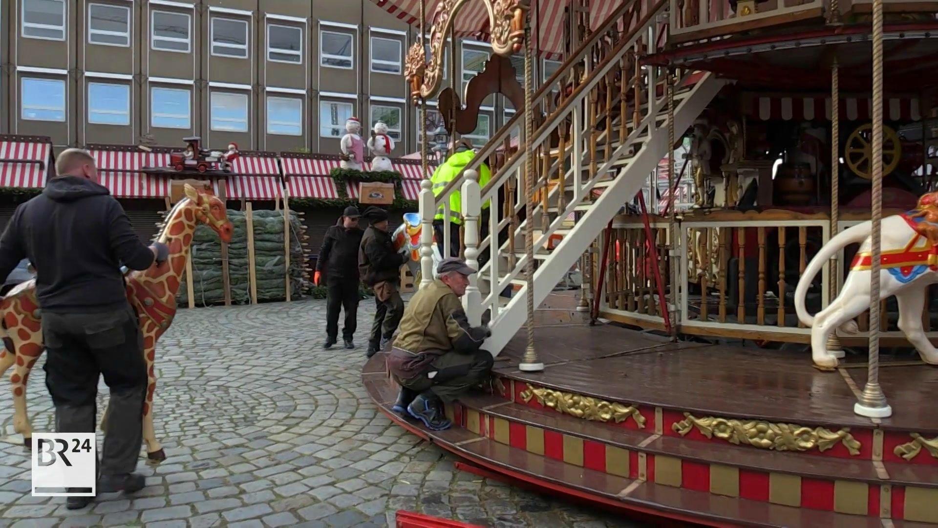Das nostalgische Etagenkarussell wird auf dem Nürnberger Hauptmarkt aufgebaut.