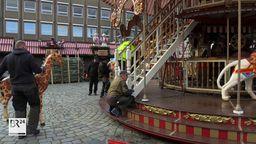 Das nostalgische Etagenkarussell wird auf dem Nürnberger Hauptmarkt aufgebaut.   Bild:BR