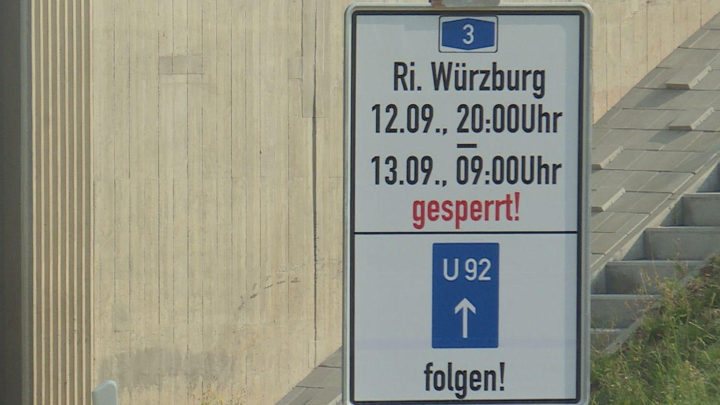 Hinweisschild zur Sperrung auf der A3 bei Geiselwind