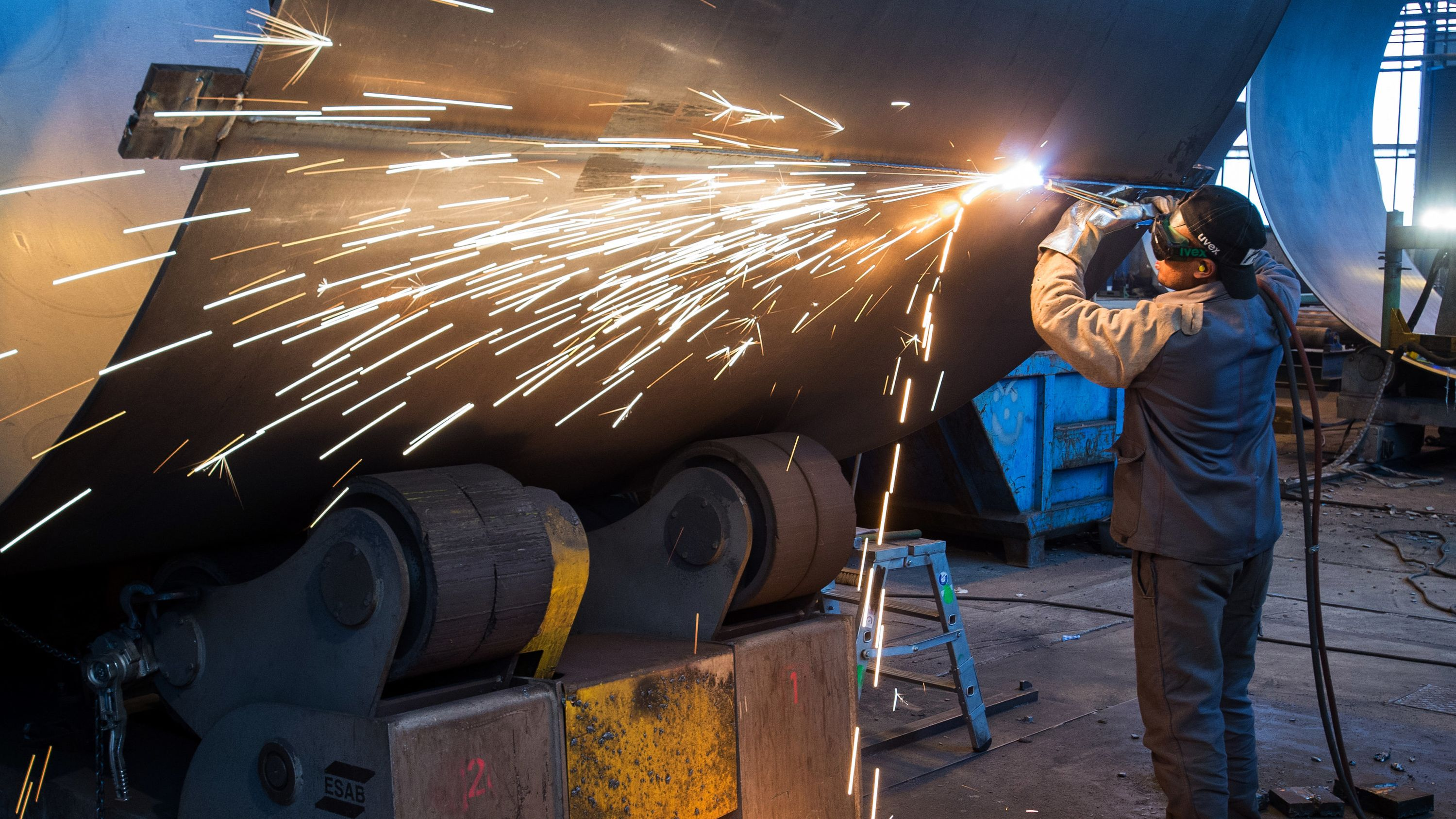 Metallfacharbeiter bei der Schweißarbeit
