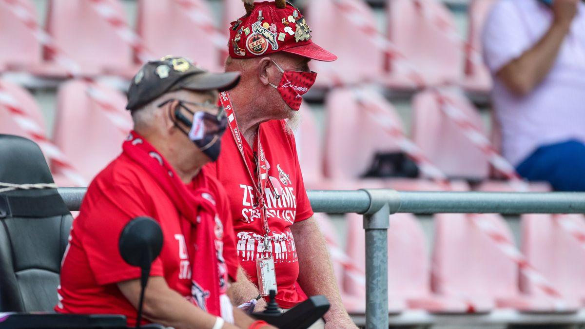 Fans mit Mundschutz im Stadion