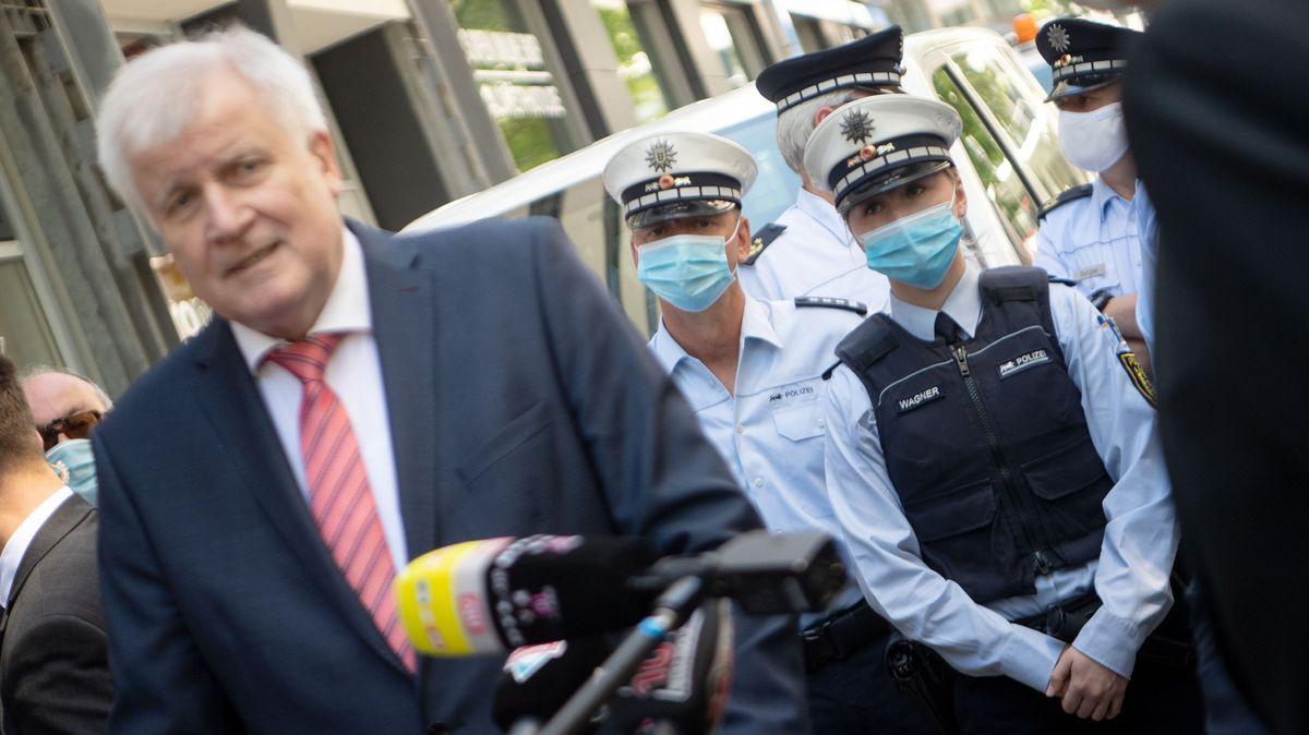 Bundesinnenminister Horst Seehofer im Juni 2020 mit Polizisten.