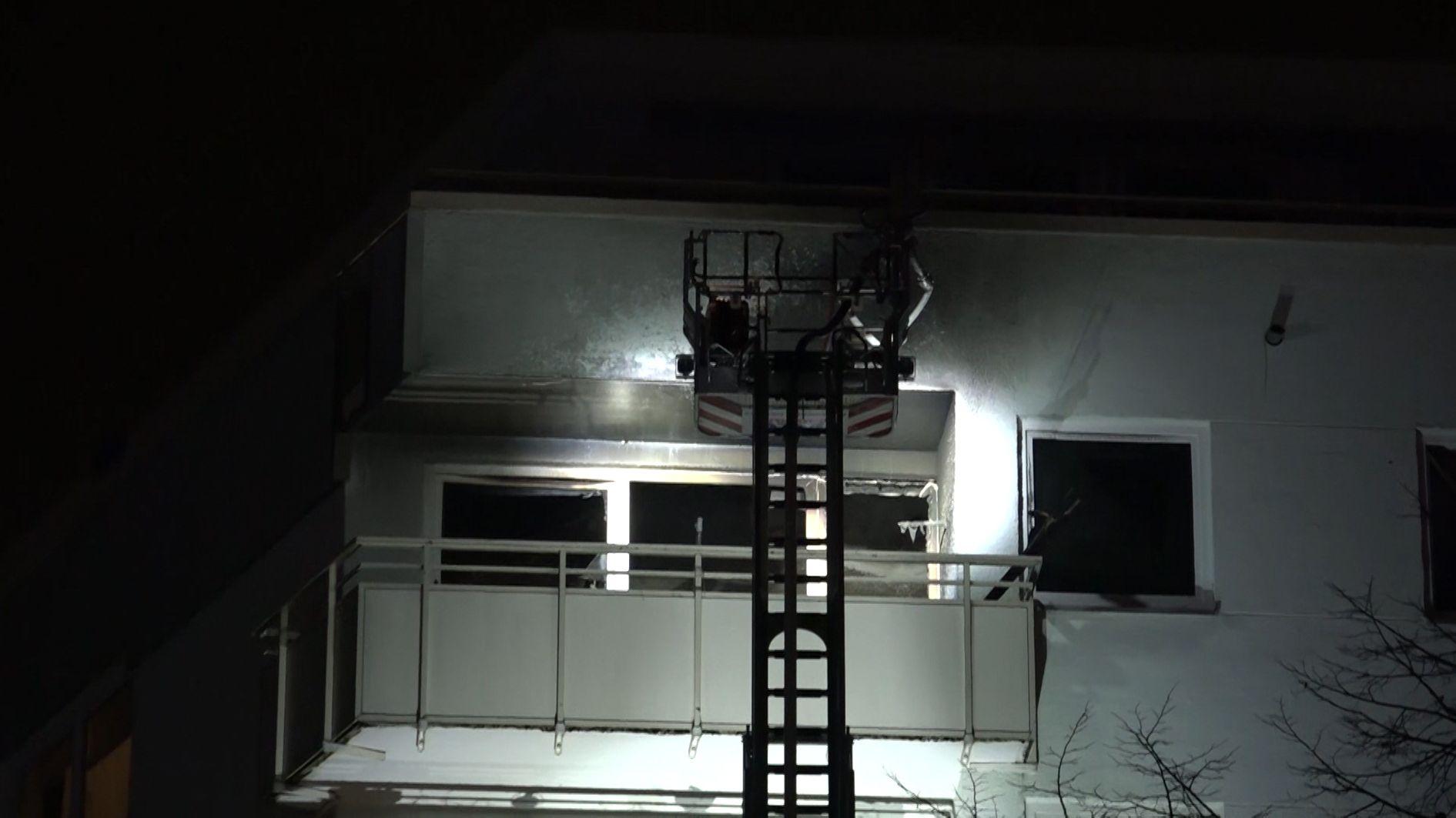 Eine Wohnung im schwäbischen Neusäß brannte am Mittwochabend völlig aus, eine Seniorin erlitt dabei schwere Verletzungen.