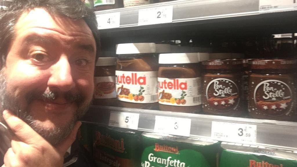 Salvini vor einem Regal mit Nutella