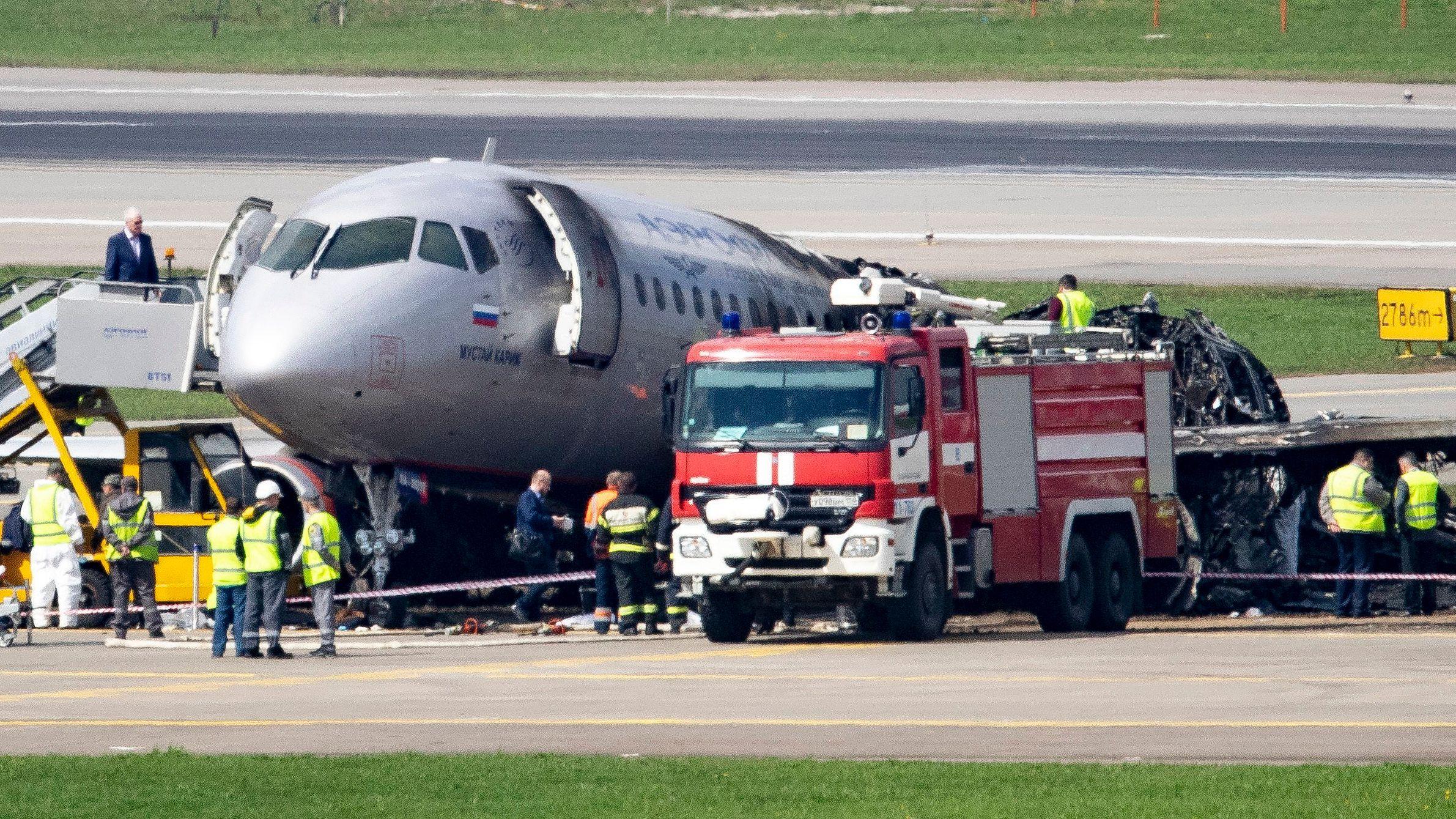 Blick auf das Wrack der Maschine des Typs Suchoi Superjet-100 auf dem Moskauer Flughafen Scheremetjewo.