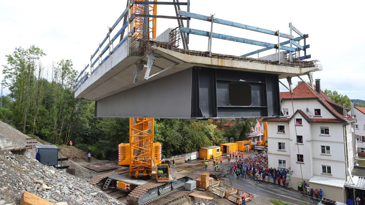 In Lindau wird ein Gleisstück eingehoben