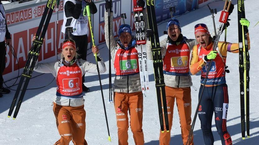 Karolin Horchler, Vanessa Hinz,Franziska Preuß und Denise Herrmann jubeln nach dem Gewinn der Silbermedaille.