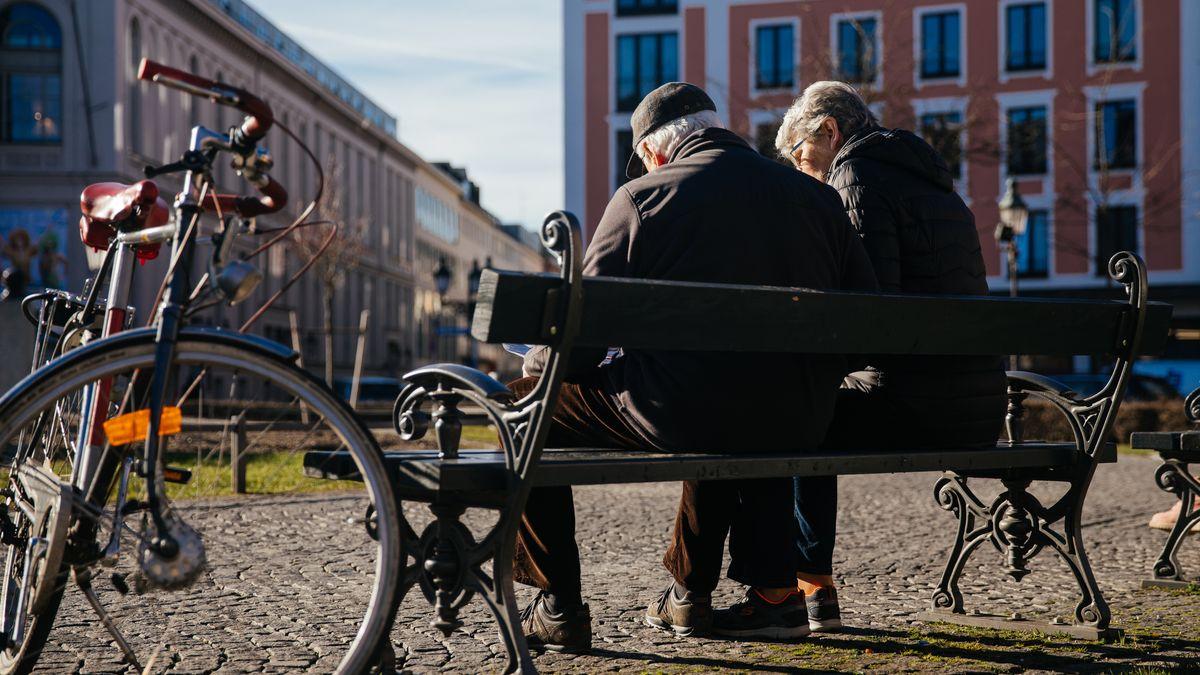 Zwei Senioren auf einer Parkbank am Münchner Gärtnerplatz.