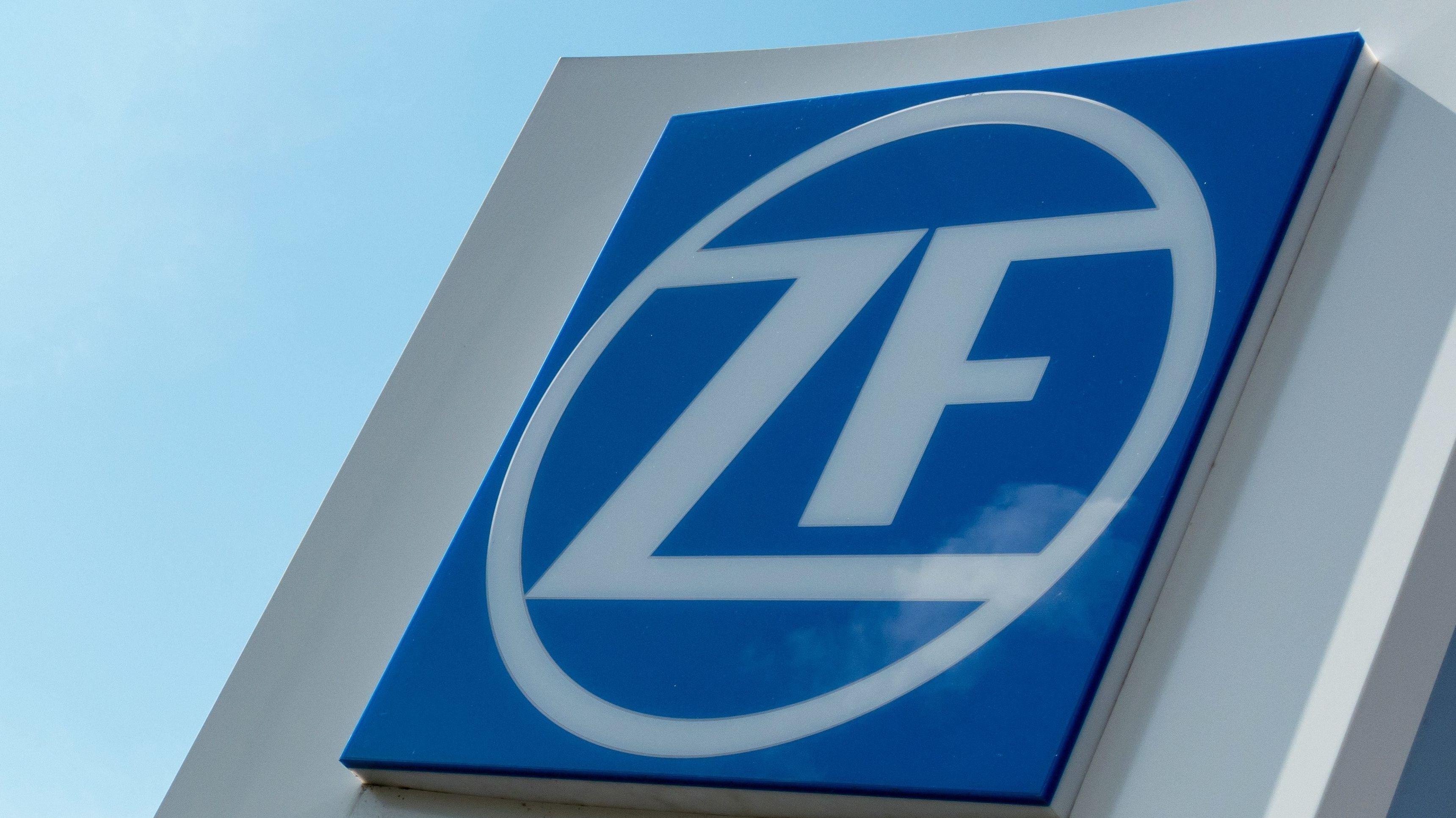 ZF Logo vor der Firmenzentrale