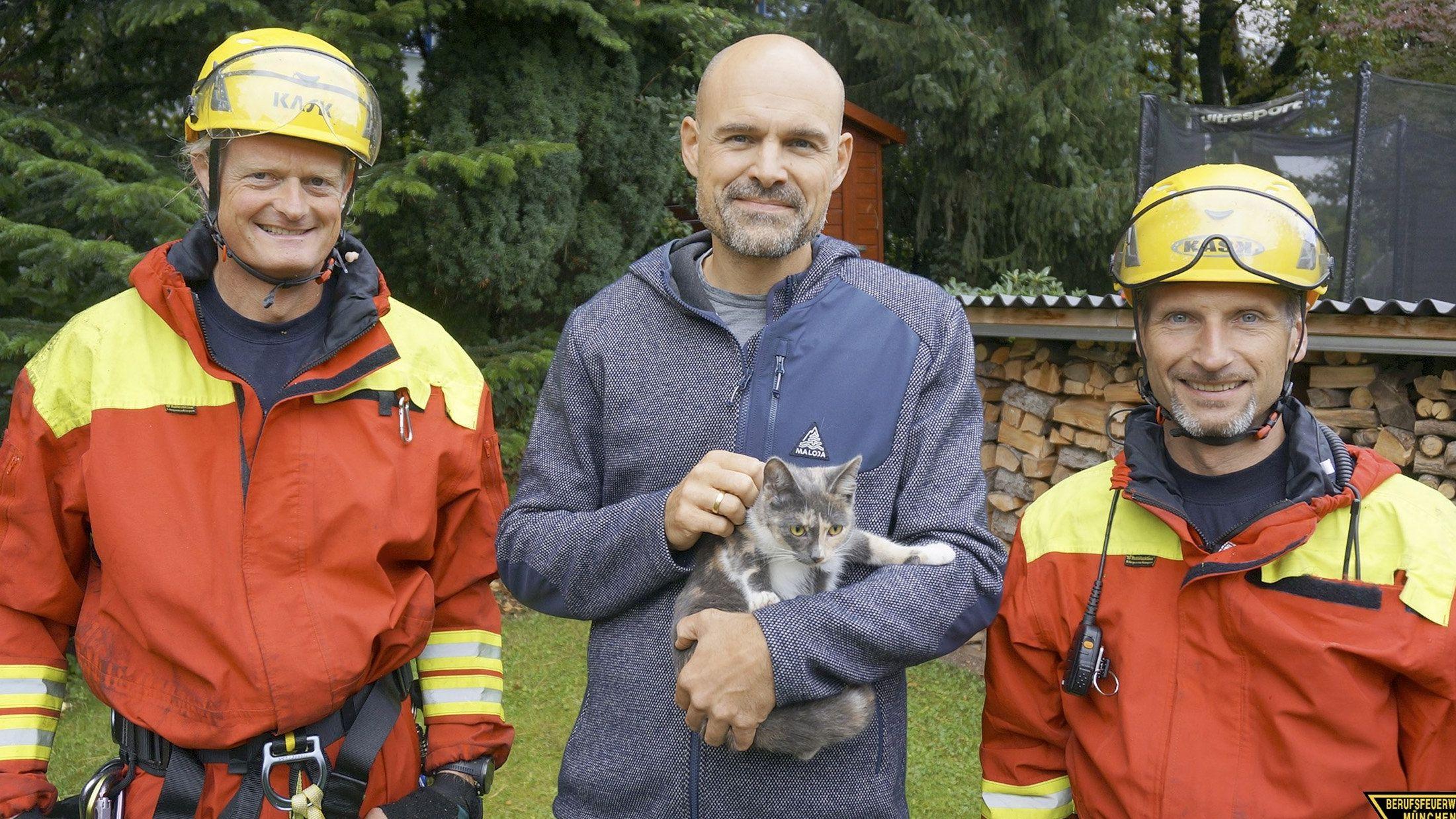 Retter mit geretteter Katze Coco und erleichtertem Besitzer in München Pasing