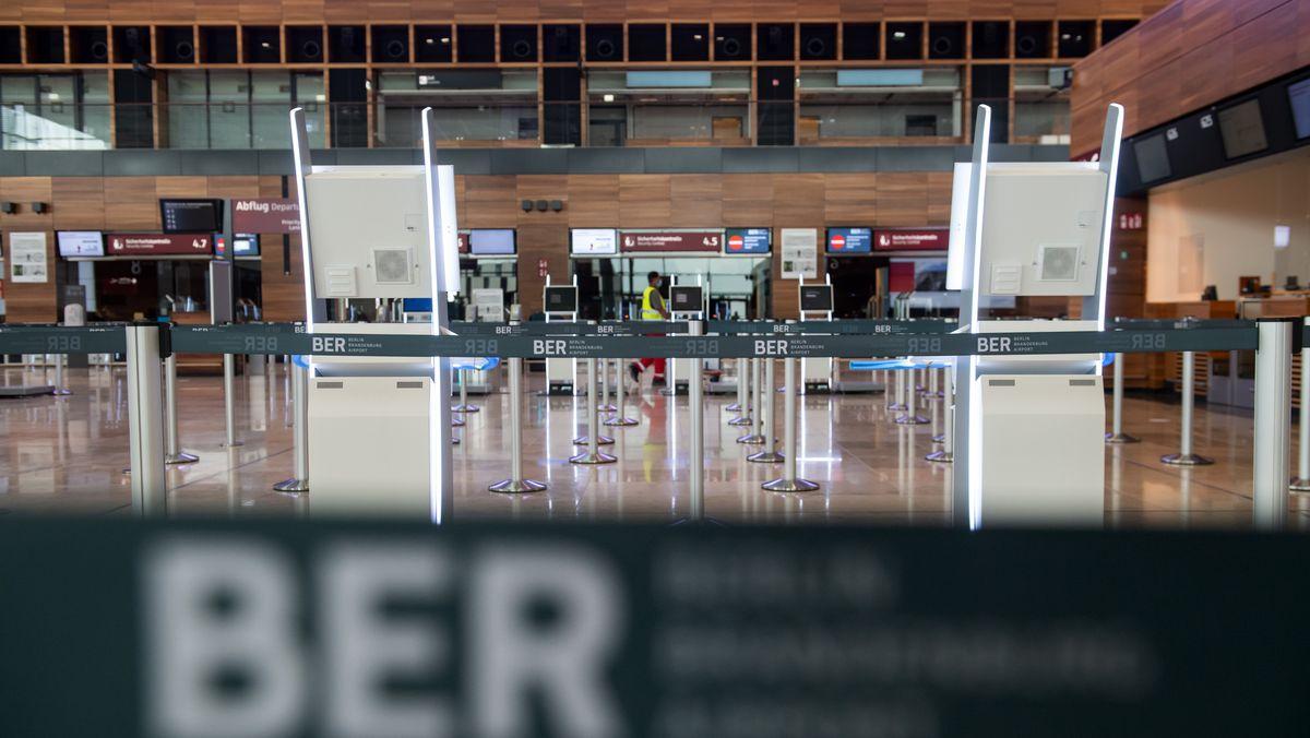 Absperrbänder an Check-in-Schaltern im Terminal 1 des neuen Flughafens Berlin Brandenburg Willy Brandt (BER)