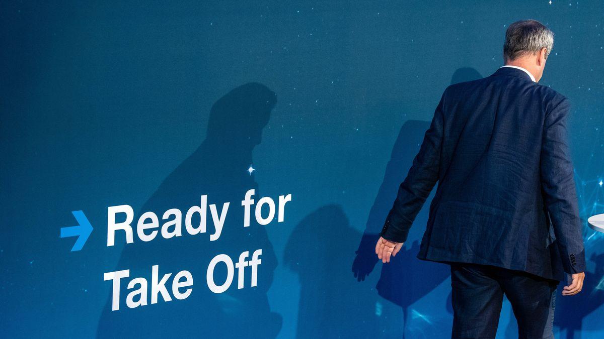 """Am 1.7.2019 kommt Markus Söder (CSU), Ministerpräsident von Bayern, im Rahmen der Vorstellung der neuen Fakultät für Luftfahrt, Raumfahrt und Geodäsie an der Technischen Universität München (TUM) auf die Bühne eines Hörsaals und läuft ein einem Schriftzug """"Ready for Take Off"""" vorbei. Söder hat im Rahmen seiner Rede die neue bayerische Luft- und Raumfahrtstrategie vorgestellt."""