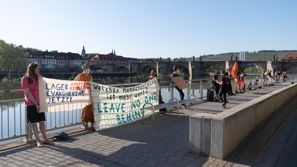 Die Seebrücke-Aktivisten halten den gebotenen Mindestabstand von 2 Metern ein.