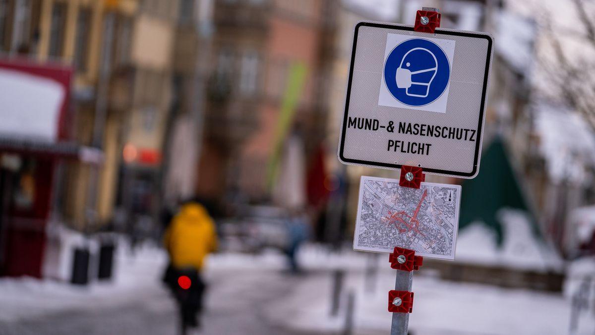 """Schild mit der Aufschrift """"Mund-& Nasenschutz Pflicht"""""""