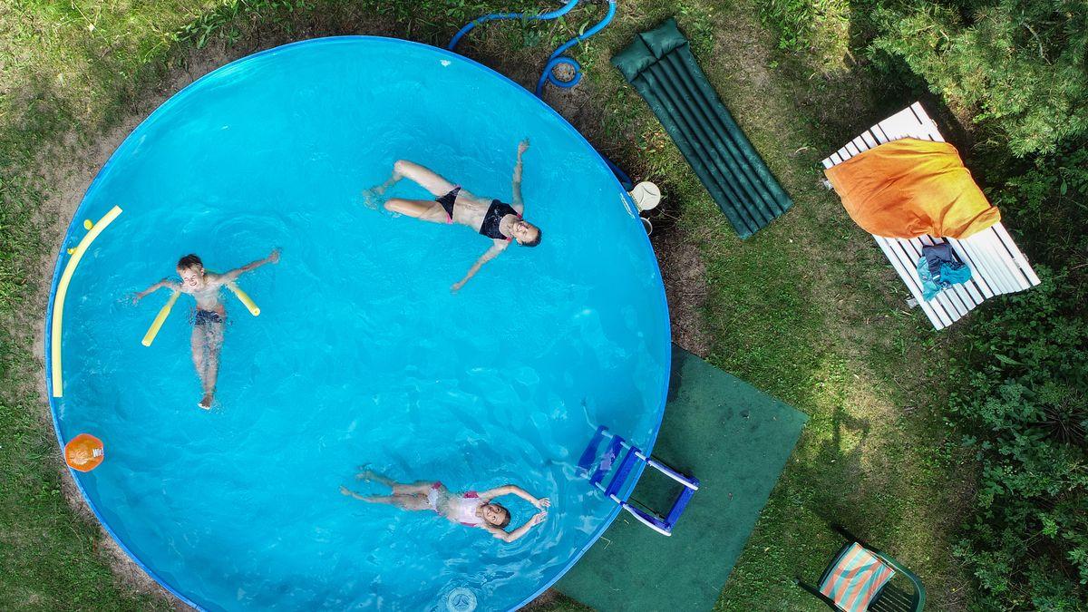 Garten-Pool mit planschenden Kindern