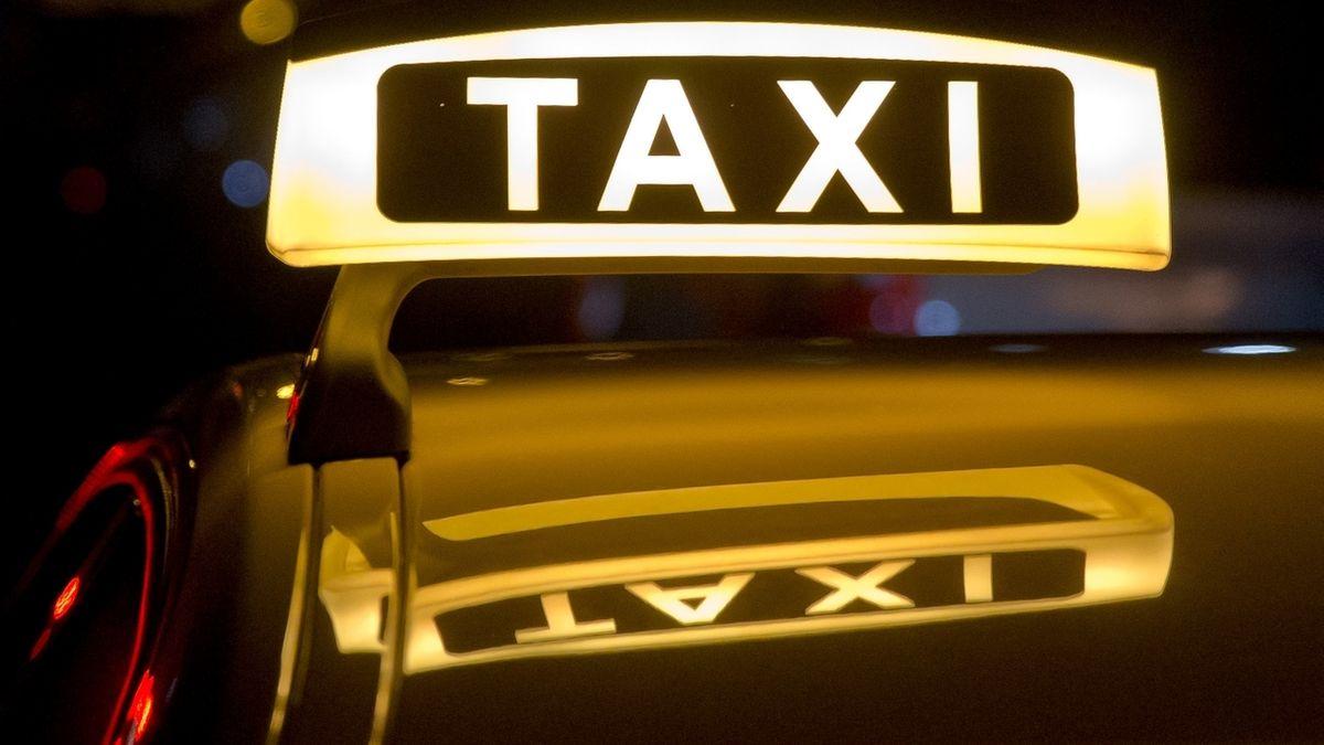 Symbolbild - Taxischild auf Taxi bei Nacht