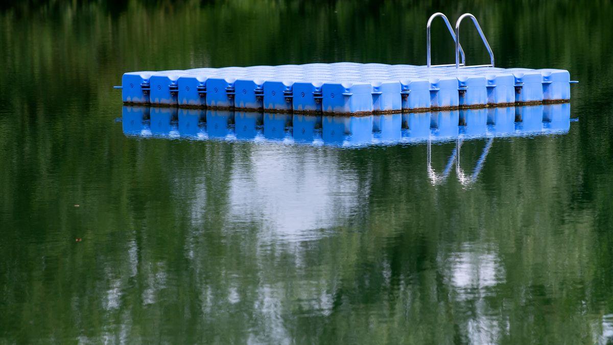 Eine Badeplattform ist am Anglberger Weiher bei Zolling (Obb.) zu sehen.