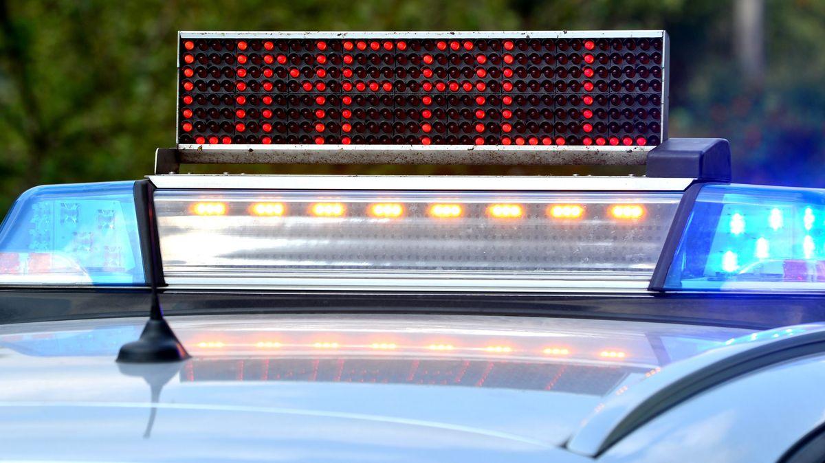 Polizeiauto mit Unfall-Anzeige (Symbolbild)
