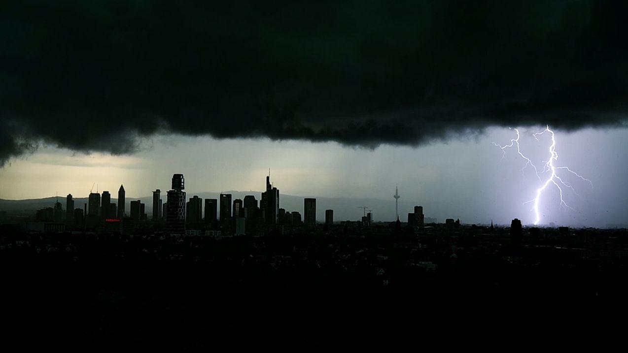 Tiefschwarze Gewitterwolken verdunkeln den Himmel über der Frankfurter Innenstadt und seinen markanten Hochhäusern.